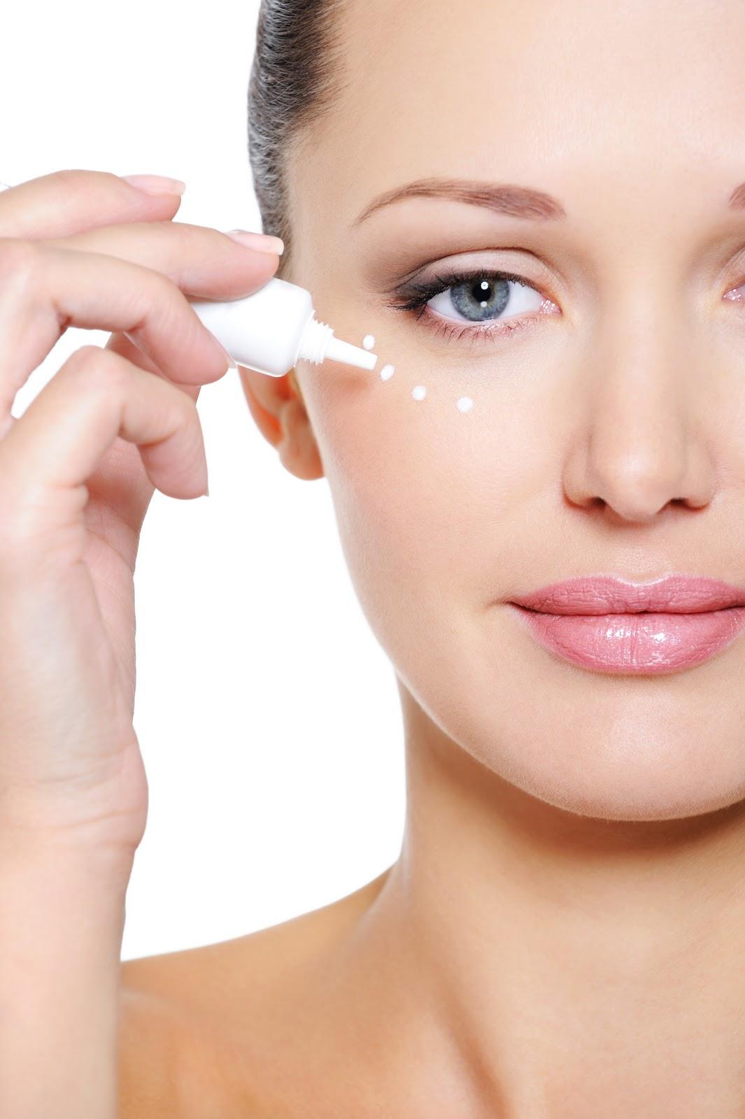 Adoptați o soluție de îngrijire a conturului ochilor