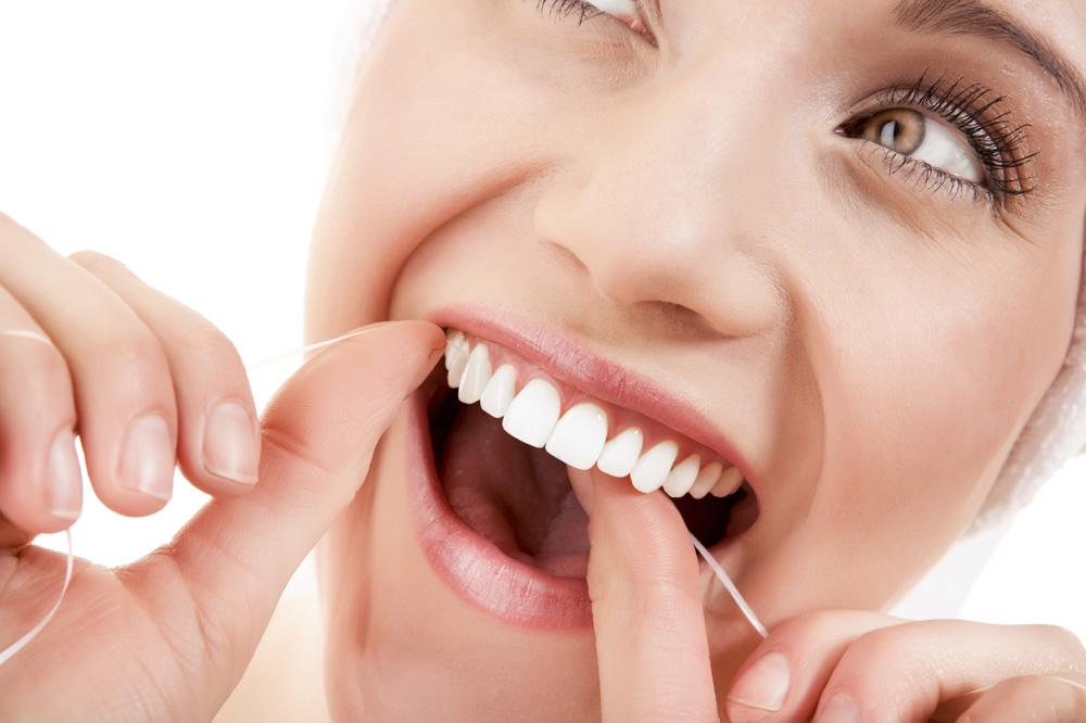 Tratamente naturiste pentru dinți albi și sănătoși