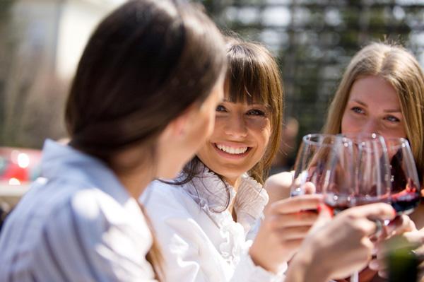 6 semne că prietenii îţi strică relaţiile amoroase