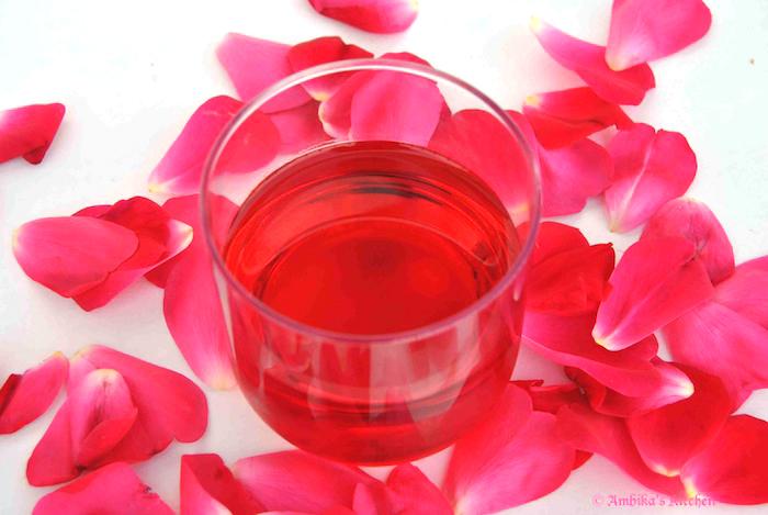 Beneficiile apei cu trandafir pentru un păr strălucitor