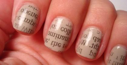 Litere pe unghii