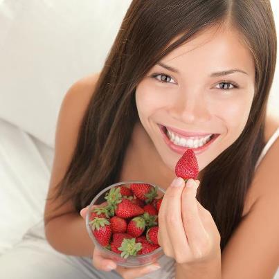 Merele și căpșunile își curăță dinții