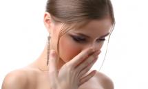 Soluții naturale ca să scapi de respirația urât mirositoare