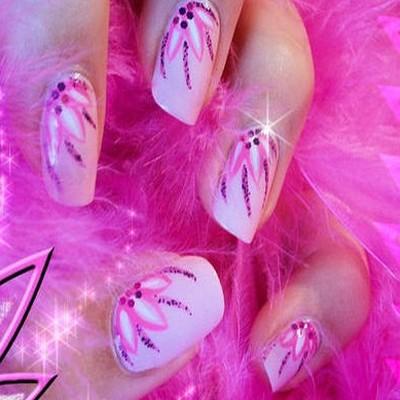 Unghii cu model roz facute cu gel