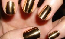 Unghii: alege nuante metalice si forma patrata