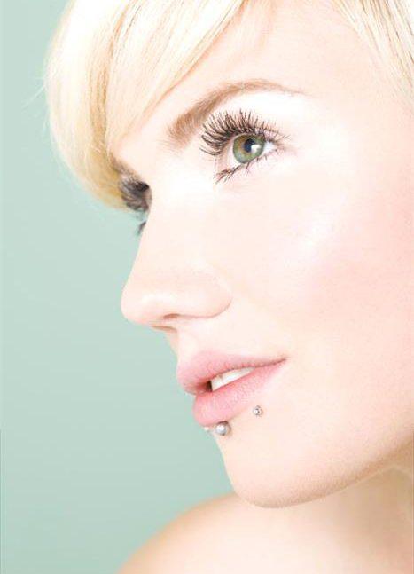Piercingul in buze poate duce la retragerea gingiilor