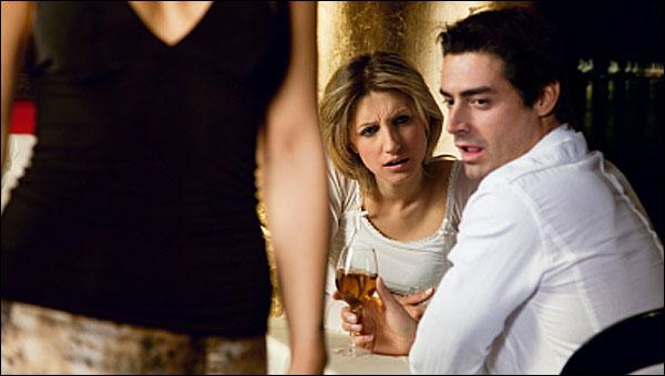 Ce faci cand partenerului tau ii fug ochii dupa alte femei