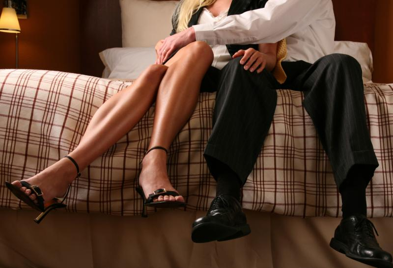 Tentatia: de ce apare tentatia infidelitatii si cum se poate intari relatia