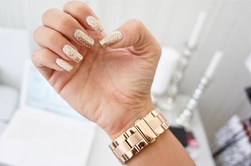 Model auriu cu paiete unghii simple