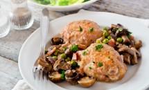 Carne de pui cu ciuperci si mazare