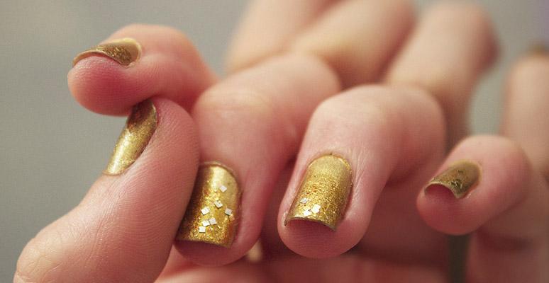 Modele de unghii cu gel aurii