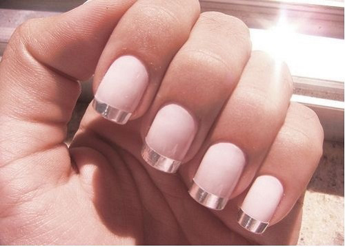 modele unghii french alb cu argintiu