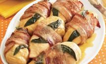 Piepturi de pui infasurate in bacon si salvie