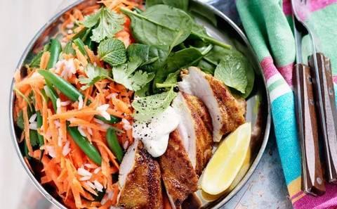 Carne de pui cu verdeturi si morcovi caramelizati