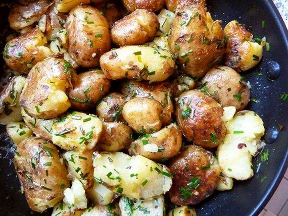 Cartofi noi sotați cu ierburi aromatice