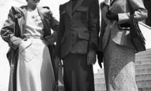 Moda anilor '40 -  talia ingusta, fuste stranse pe solduri si busturi pline