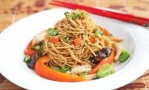 Paste de orez cu carne de pui si legume in stil chinezesc