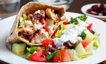 Salata cu carne de pui in lipie