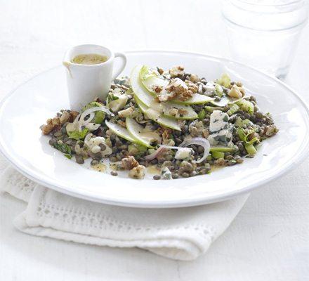 Salata usoara de linte cu nuci, mar si branza cu mucegai