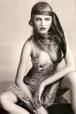 rochie decoltata Moda anilor 20