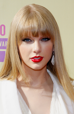Taylor-Swift-vopsita-blond-bej