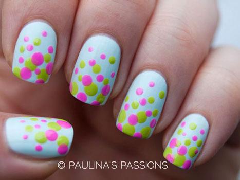 model de unghii colorate cu puncte polka