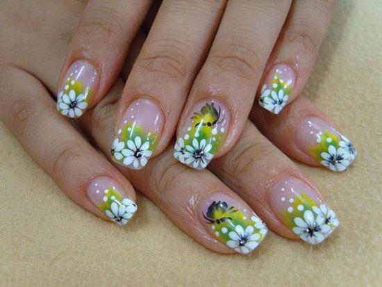 model pe unghii cu flori