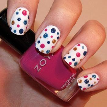 puncte polka colorate pe unghii