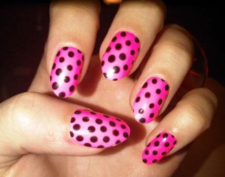 unghii roz cu puncte polka