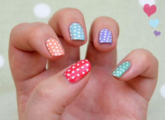 unghii cu buline colorate