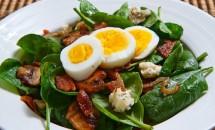 Salata de spanac cu ou si bacon