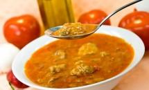 Mâncare de perişoare cu legume şi sos de roşii