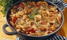 Mâncare de varză nouă cu ciuperci şi cârnaţi