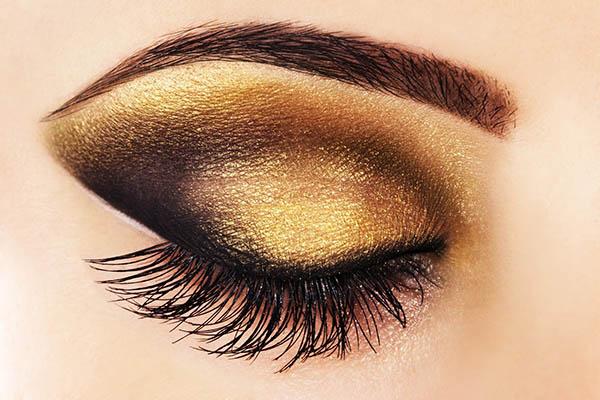 machiaj smokey eyes cu auriu