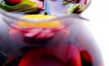 Sangria rosie din fructe si rucola