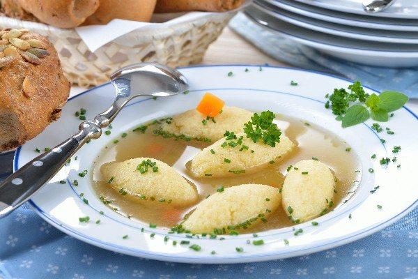 Supă de găluște cu ouă