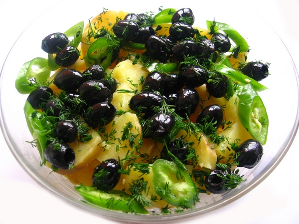 Salata de cartoti cu masline si ardei