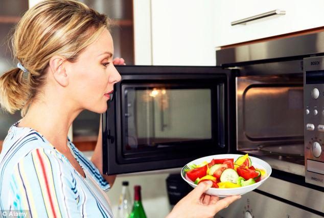 Este bine să gătim mâncarea la cuptorul cu microunde