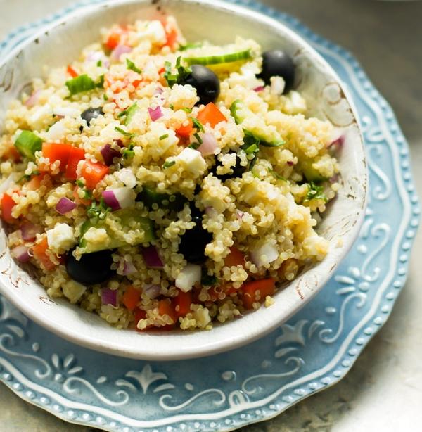 Salată cu quinoa în stil grecesc