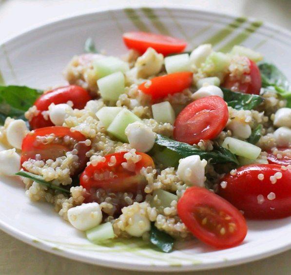 Salată cu quinoa în stil mediteranean