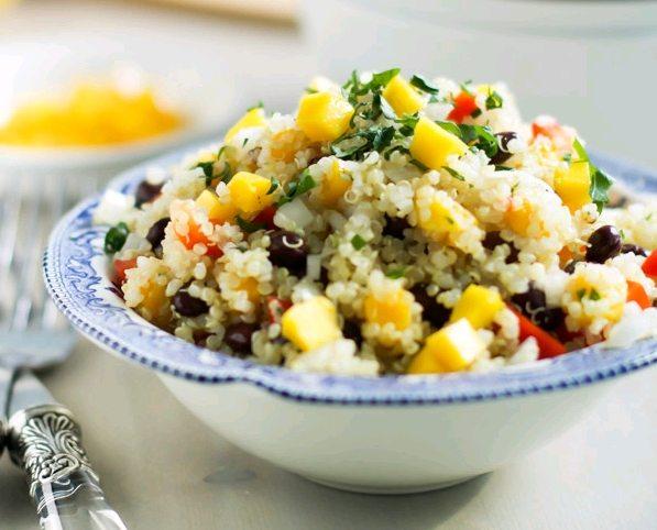 Salată de mango cu quinoa.