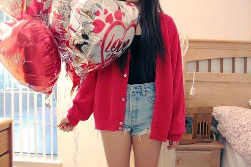 femeie care tine baloane LOVE