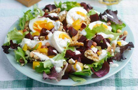 Salată cu ouă fierte și sfeclă roșie