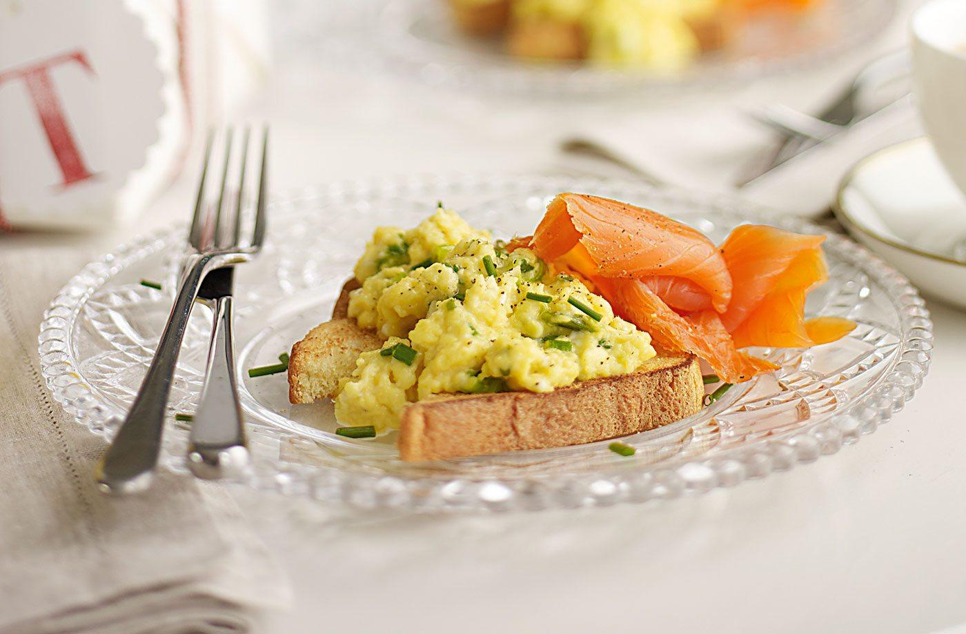 Somon afumat cu omletă