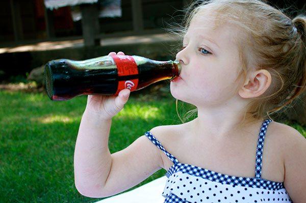 Iată de ce Cola băută din sticlă este mai bună
