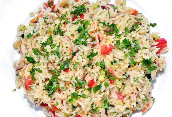 Salată de orez, ardei și roșii