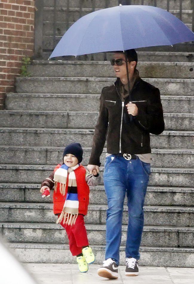 cristiano-ronaldo-la-plimbare-cu-fiul-sau-de-3-ani-vezi-cat-de-simpatic-e-pustiul-foto_1