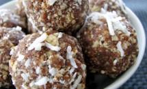Bomboane din nuci, curmale și fulgi de cocos