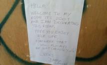 Biletul găsit în timp ce renova apartamentul. Mesajul este înfiorător! Iată ce a urmat după!