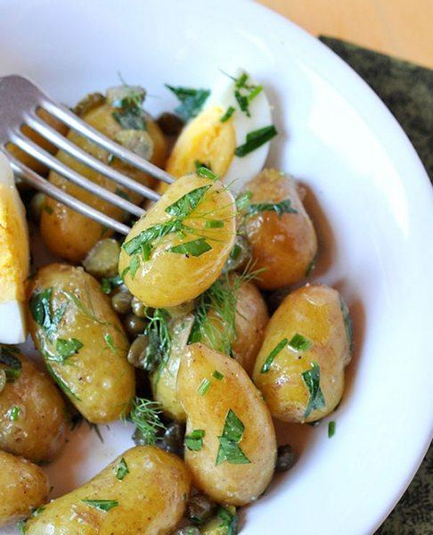 Salată de cartofi noi cu ierburi aromatice